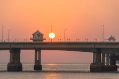 landskapsolnedgång på den Sarasin bron royaltyfri foto