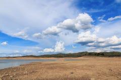 Landskapsommar med moln och blå himmel Fotografering för Bildbyråer