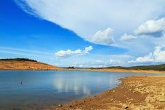 Landskapsommar med moln och blå himmel Arkivfoto