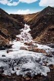 Landskapvattennedgång med djupfryst vatten i vinter med blå himmel royaltyfri fotografi