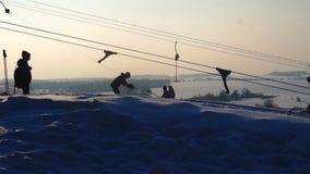 Landskapvinterglidbanor skidar semesterorten, skidlift och att gå ner sluttande snowboarders och skidåkare arkivfilmer