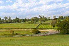 Landslandskap med hästutbildningsspåret Arkivfoton