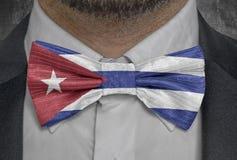 Landsnationsflagga av Kuban på dräkt för bowtieaffärsman vektor illustrationer