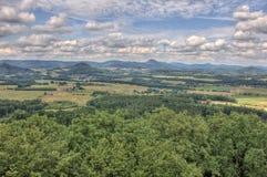 Landspace ÄŒeskà ¡ LÃpa - moln & foto från för pičÃ för kulle Å ¡ K Arkivfoton