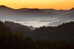 Landspace de matin avec le brouillard Lever de soleil dans l'horizontal Sun pendant le lever de soleil en parc national tchèque C Photographie stock libre de droits