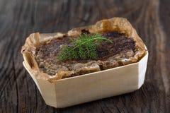 Landspate med kött och lever på träbakgrund royaltyfria foton
