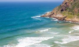 Landspitze, die in das Meer mit Eisenbahntunnel und in die Bahnen nahe bei Bucht hervorsteht Lizenzfreie Stockfotos