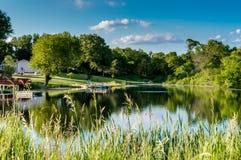 Landsplats med sjön och reflexion Arkivbilder