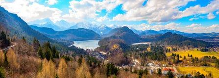 Landsqape sikt från den neuschwanstein slotten fotografering för bildbyråer