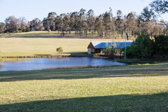 Landssida med ett hus på floden Royaltyfria Foton