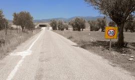 Landssidoväg med trafiktecknet Royaltyfria Foton