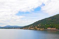 Landsstad på den sjöComo kusten i nordliga Italien Arkivfoton