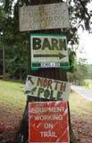 Landstecken som postas på ett träd Royaltyfri Fotografi