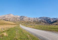 Landstraße über unfruchtbaren Hügeln in den südlichen Alpen um Molesworth-Station, Neuseeland Stockbild