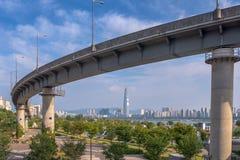 Landstraße auf dem Park in Seoul-Stadt, Südkorea lizenzfreies stockfoto
