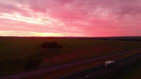 Landstraße auf einem Sonnenunterganghintergrund Reise mit dem Auto entlang den Straßen von Russland Romance von mit dem Auto reis stock video