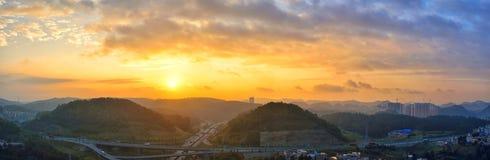 Landstraße bei Sonnenaufgang Stockbilder