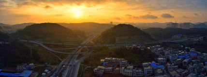 Landstraße bei Sonnenaufgang Lizenzfreies Stockfoto