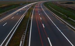 Landstraße bis zum Nacht stockfotografie