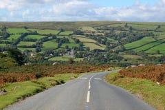 Landstraße in Dartmoor England. Stockfotografie
