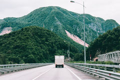 Landstraße in den schönen grünen Bergen Stockbilder