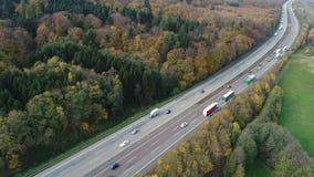 Landstraße - dichter Verkehr, Vogelperspektive stock footage