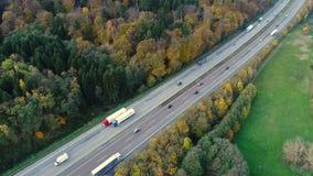 Landstraße - dichter Verkehr, Vogelperspektive stock video footage