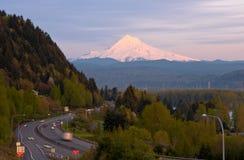 Landstraße, die den schneebedeckten Berg übersieht lizenzfreie stockfotos