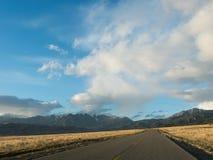 Landstraße, die zu großen Sanddüne-Nationalpark führt stockfotografie