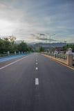 Landstraße, die zu Khun Dan Prakan Chon vorangeht thailand Stockbild