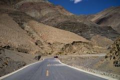 Landstraße durch Berge Stockfoto