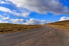 Landstraße durch Cairngorms stockbild