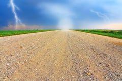Landstraße durch das Feld Lizenzfreie Stockfotografie