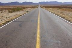 Landstraße in der Wüste Stockfotografie
