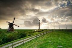 Landstraße durch die alten und modernen Windmühlen lizenzfreie stockbilder