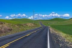 Landstraße durch die Landschaft Ost-Staats Washington Stockbild