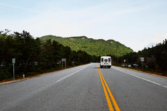 Landstraße durch die weißen Berge in New Hampshire mit einem Reisemobil Stockbilder
