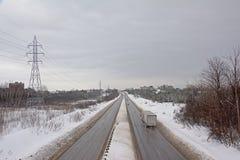 Landstraße durch einen Schnee umfasste Landschaft in Gatineau, Quebec stockbild
