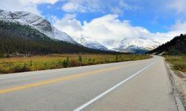 Landstraße durch kanadische Rocky Mountains entlang der Icefields-Allee zwischen Banff und Jaspis lizenzfreie stockfotografie