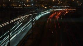 Landstraße durch Versehen der Stadt in der Nacht stock footage