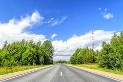 Landstraße an einem Sommertag stockbild