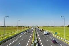Landstraße an einem sonnigen Tag in den Niederlanden Lizenzfreies Stockbild