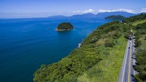 Landstraße entlang dem Meer, Landstraße Angra DOS Reis zu Rio de Janeiro lizenzfreies stockbild