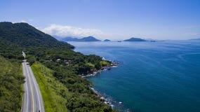 Landstraße entlang dem Meer, Landstraße Angra DOS Reis zu Rio de Janeiro lizenzfreie stockfotografie