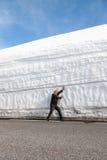 Landstraße entlang der Schneewand Norwegen im Frühjahr Lizenzfreie Stockfotos