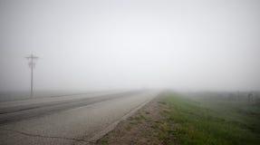 Landstraße im dichten Nebel Lizenzfreie Stockbilder