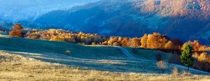 Landstraße im Herbstberg Lizenzfreies Stockfoto