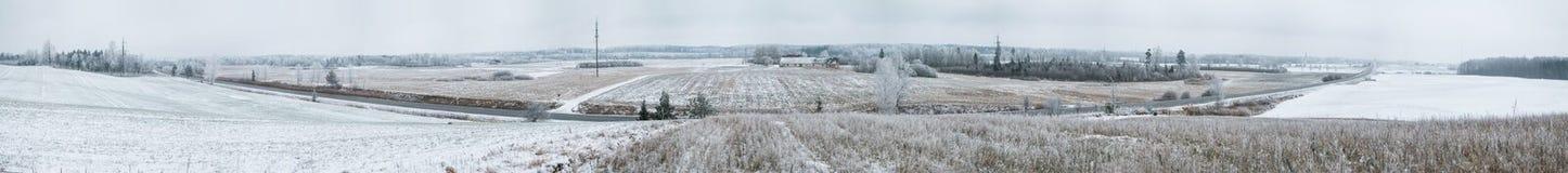 Landstraße im Winterpanorama Stockfotografie