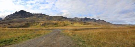 Landstraße mit Ansicht von Bergen Stockbild