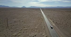 Landstraße mit beweglichen Autos in Death Valley in USA stock video
